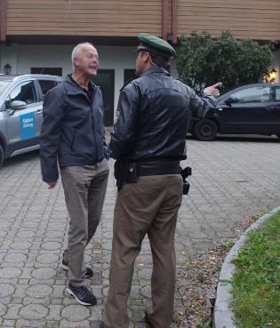 Polizei verweist aggressiven AfD-Anhänger aus dem Bereich der Kundgebung am 17.9.17 in Lauben ©S. Lipp