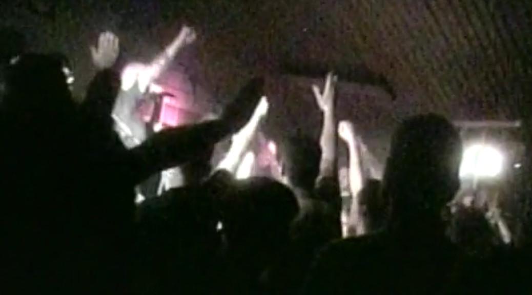 Der Sänger von Faustrecht stachelt bei einem Konzert von Blood&Honour die Menge auf. Es werden Hitlergrüße gezeigt.