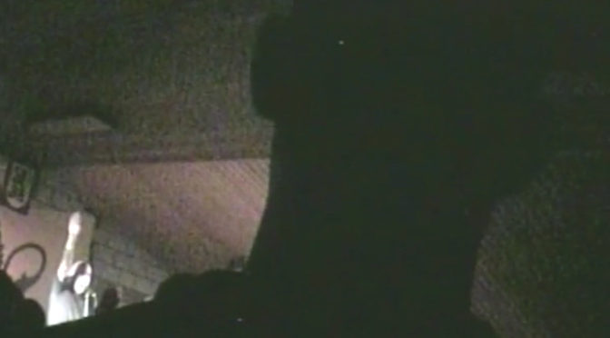 Faustrecht-Sänger »Nogge« reckt auf der Bühne den rechten Arm zum Hitlergruß. Das ist auf eine Video zu sehen, das Allgäu rechtsaußen veröffentlichte.