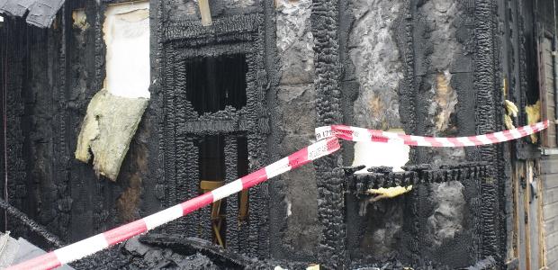 Die ausgebrannte Hütte am Tag nach dem mutmaßlichen Anschlag