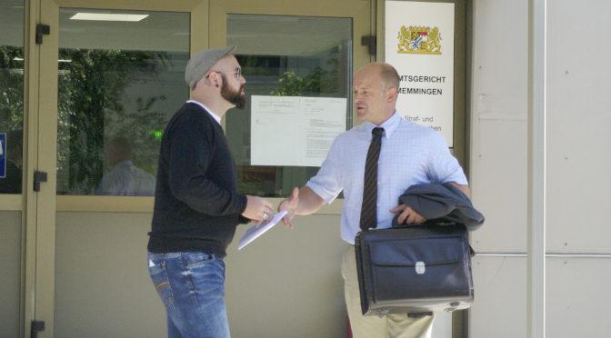Handshake zwischen »Oldschool Records -Betreiber Benjamin Einsiedler und Rechtsanwalt Alexander Heinig am Amtsgericht Memmingen ©N. Kelpp
