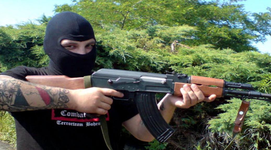 Ein Anhänger von Combat 18 mit Sturmgewehr. Die Gruppe gilt als der bewaffnete Arm des zwar in Deutschland verbotenen aber weiter aktiven internationalen Neonazinetzwerks Blood&Honour.