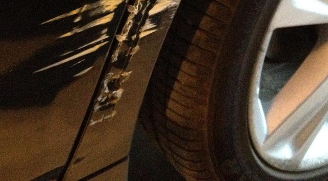 Hakenkreuze in Autotür gekratzt