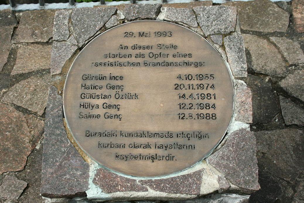 Buder brüstete sich, bei der Kampfsportschule gewesen zu sein, die im Zusammenhang mit dem tödlichen Brandanschlag in Solingen durch die Presse ging.