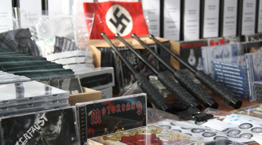Schlagstöcke und Nazirock – bei der »Oldschool Records«-Razzia sichergestellte Gegenstände
