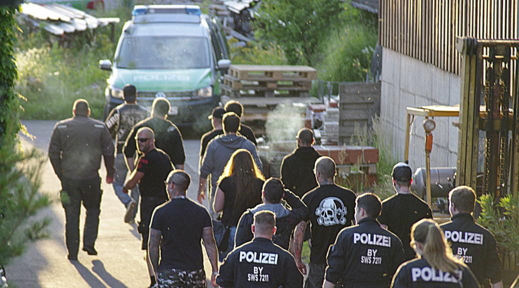 Anhänger der rechtsradikalen Skinheadkameradschaft Voice of Anger werden zu Ihrem Clubhaus bei Memmingen geführt.