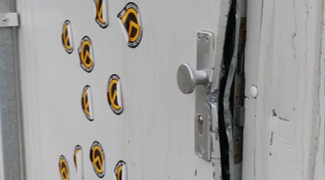 Unbekannte verschaffen sich gewaltsam Zugang zu einer ehemaligen Unterkunft für Geflüchtete. Die Eingangstüre wird mit Aufklebern der Identitären beklebt.