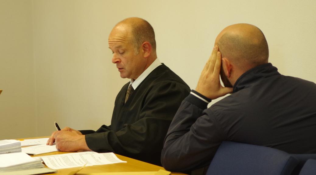Rechtsanwalt Alexander Heinig und Oldschool Records Plattenproduzent Benjamin Einsiedler zum Prozessauftakt gegen Oldschool Records am 17. April 2018 vor dem Landgericht Memmingen.