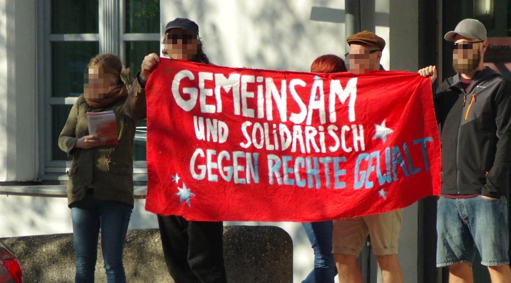 »Es gibt kein recht auf Nazipropaganda«, skandieren Nazigegner zum Prozessauftakt gegen Oldschool Records am 17. April 2018 vor dem Landgericht Memmingen.