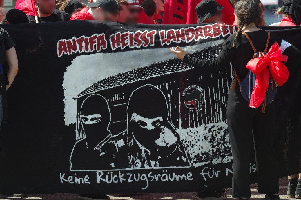 »Keine Rückzugsräume für Nazis« fordern Antifaschisten während der Demonstration am 21. April 2018.