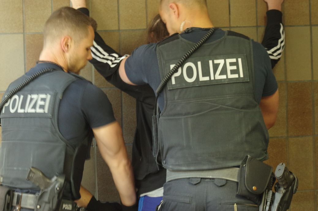 Polizei kontrolliert Versammlungsteilnehmer am 21. April in Memmingen.