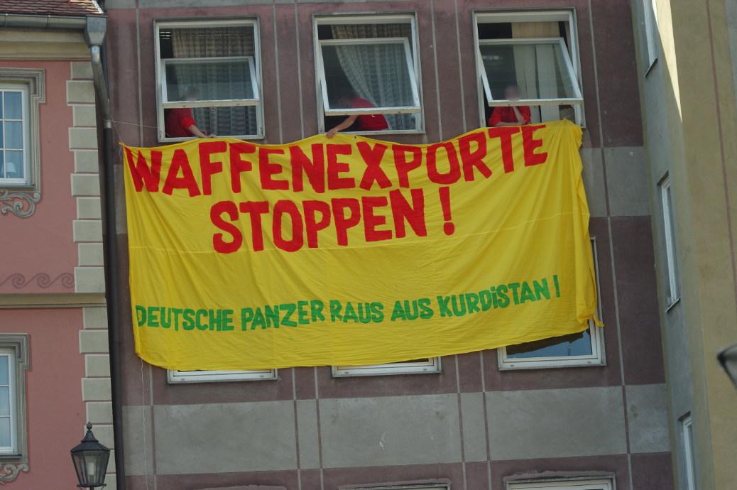 »Deutsche Panzer raus aus Kurdistan«: fordert ein Banner während der Demo am 21. April am Marktplatz mit Bezug auf deutsche Waffenexporte an die Türkei.