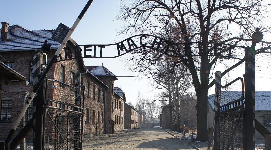 »Arbeit macht frei« über dem Haupttor des deutschen KZ Auschwitz I in der Nähe von Oświęcim in Polen.