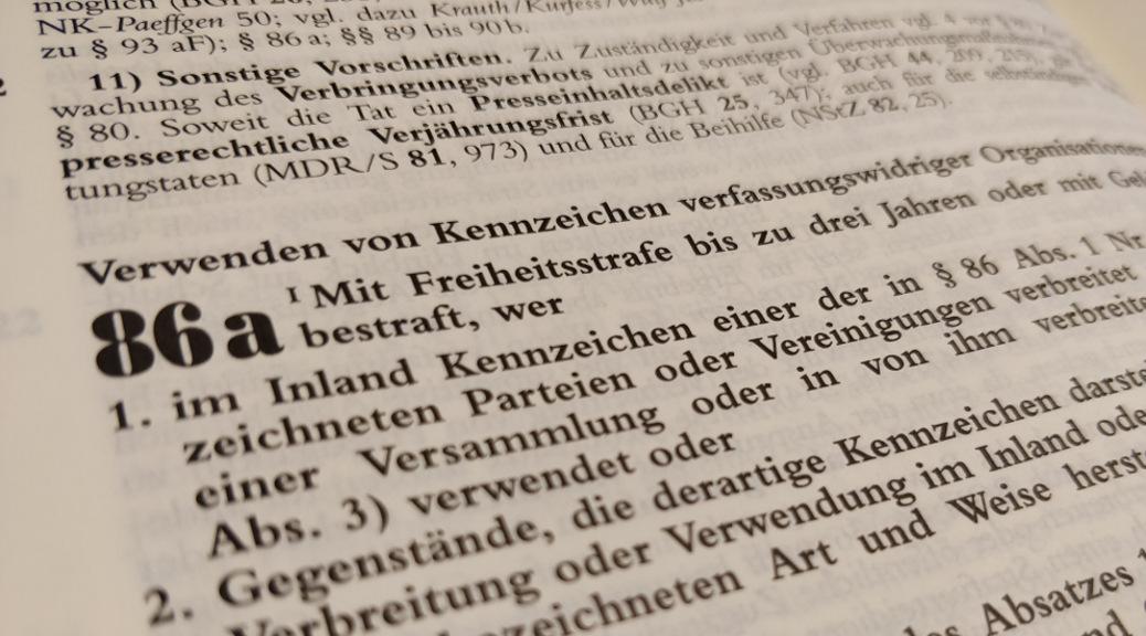 Der Paragraph 86a StGB stellt das Verwenden von Kennzeichen verfassungswidriger Organisationen unter Strafe.