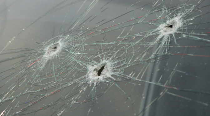 Bei einem Mitarbeiter von Allgäu ⇏ rechtsaußen wurden im Januar 2017 vor seiner Wohnung die Scheiben zweier Autos eingeschlagen.