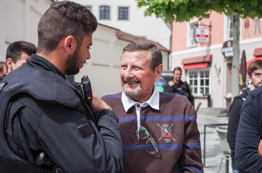 »Das habe ich alles Abgeschrieben«: Der Ex-Polizist Werner Göpel zeichnet sich für das Bürgerbegehren gegen die Moschee in Kaufbeuren verantwortlich.