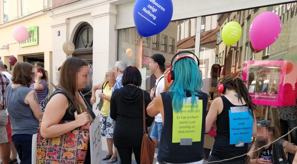 »Kaufbeuren zeigt Hasspredigern den Rücken«, einige tanzten zur Musik aus den Kopfhörern, die der Stadtjugendring zum Protest gegen Michael Stürzenbergers Anti-Islam-Kundgebung verteilte.