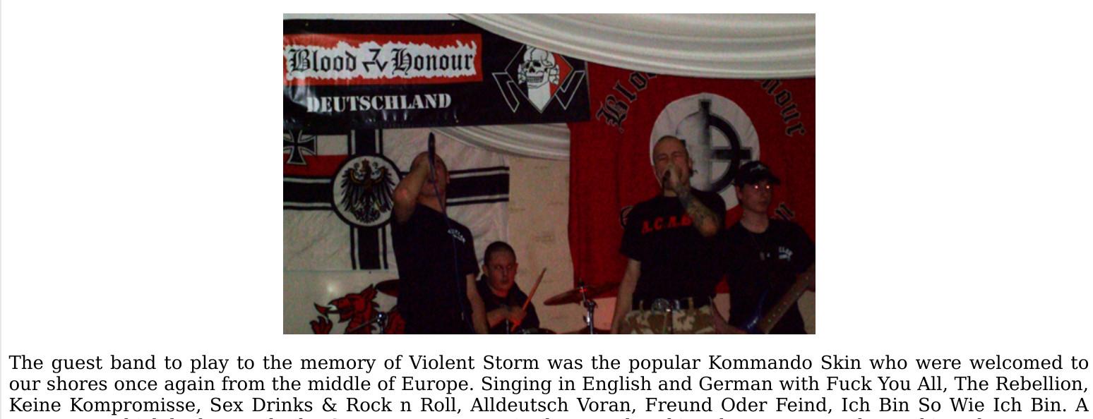 Die Bühne, auf der auchKommando Skinspielten, war mit einem Banner von Blood and Honour Deutschland und anderer einschlägiger Symbolik versehen. Screenshot eines Szeneeigenen Konzertberichts.
