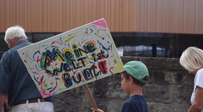Bunter Protest gegen Söder-Besuch