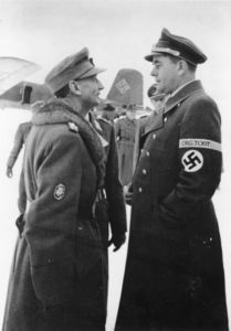 Reichsminister Albert Speer im Gespräch mit Generaloberst Eduard Dietl am 23. Dezember 1943. Dietl war Oberbefehlshaber der Heeresgruppe Lappland. (Bundesarchiv, Bild 183-J16636 / CC-BY-SA 3.0)