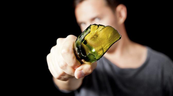 »Dunkelhäutige« mit Flasche und Messer attackiert