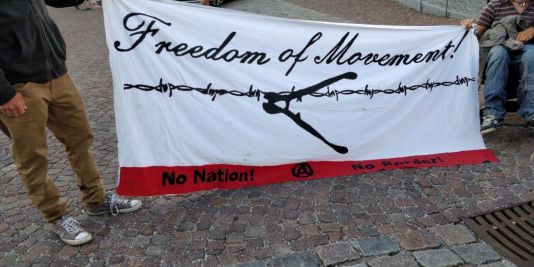 Während einige Dutzend Personen am 13. September 2018 in Oberstaufen »für eine offene freie Gesellschaft« demonstrieren, schottet sich die AfD mit ihrem Stammtisch in der Pizzeria Bassano vor der Öffentlichkeit ab.