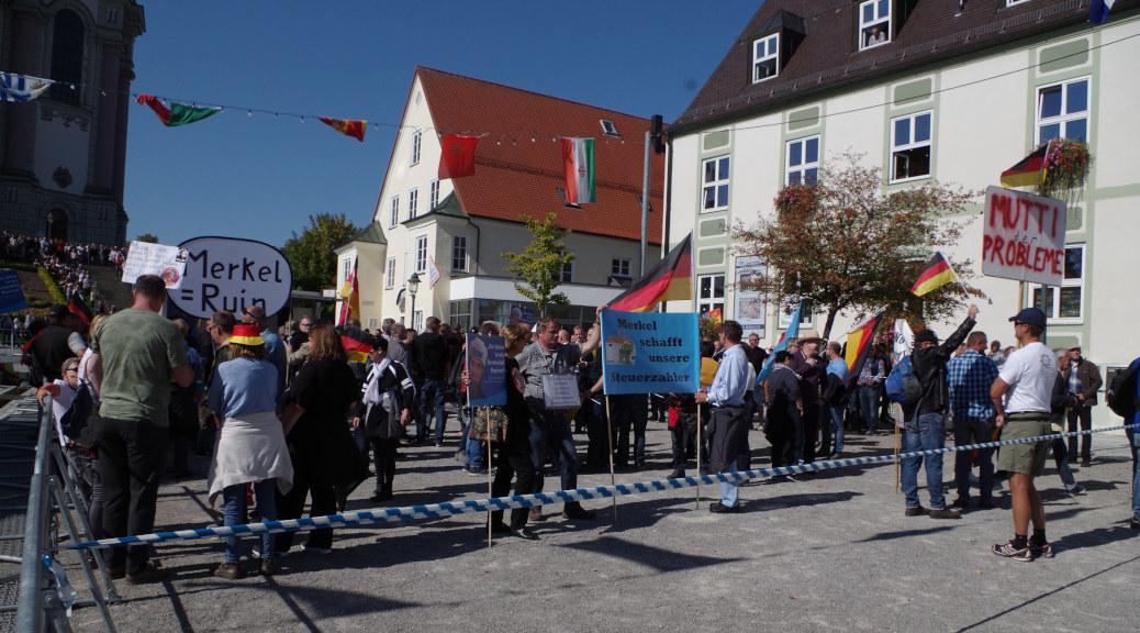 150 AfD-Anhänger demonstrieren in Ottobeuren als vermeintliche Stimme des Volkes gegen »die Raute des Schreckens« Angela Merkel.