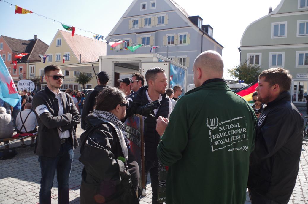 Anhänger der Neonazipartei Der Dritte Weg nehmen am 30. September an einer Kundgebung der AfD in Ottobeuren teil. Einer trägt Quarzhandschuhe.