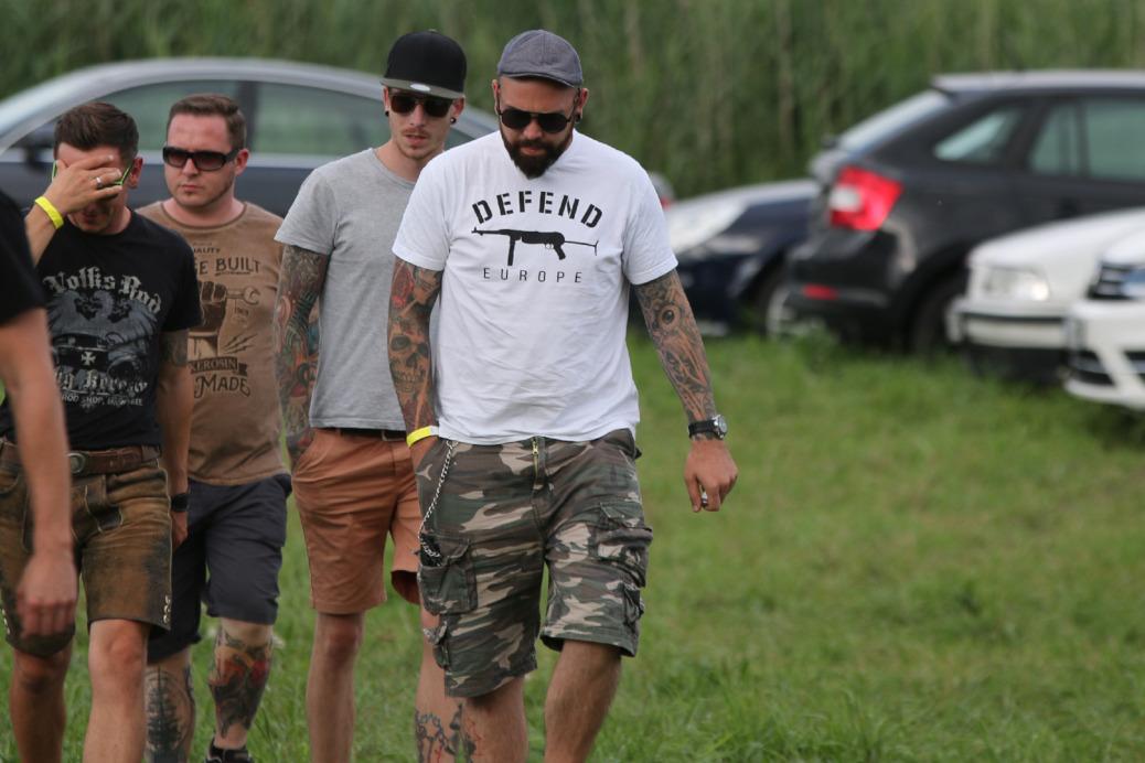 Der Neonazi-Plattenproduzent Benjamin Einsiedler besucht in Begleitung von Mitgliedern der Band Act of Violence (AoV) und bekannten Anhängern der Neonazikameradschaft Voice of Anger (VoA) das RechtsRock-Festival am 29. Juli 2017 in Themar.