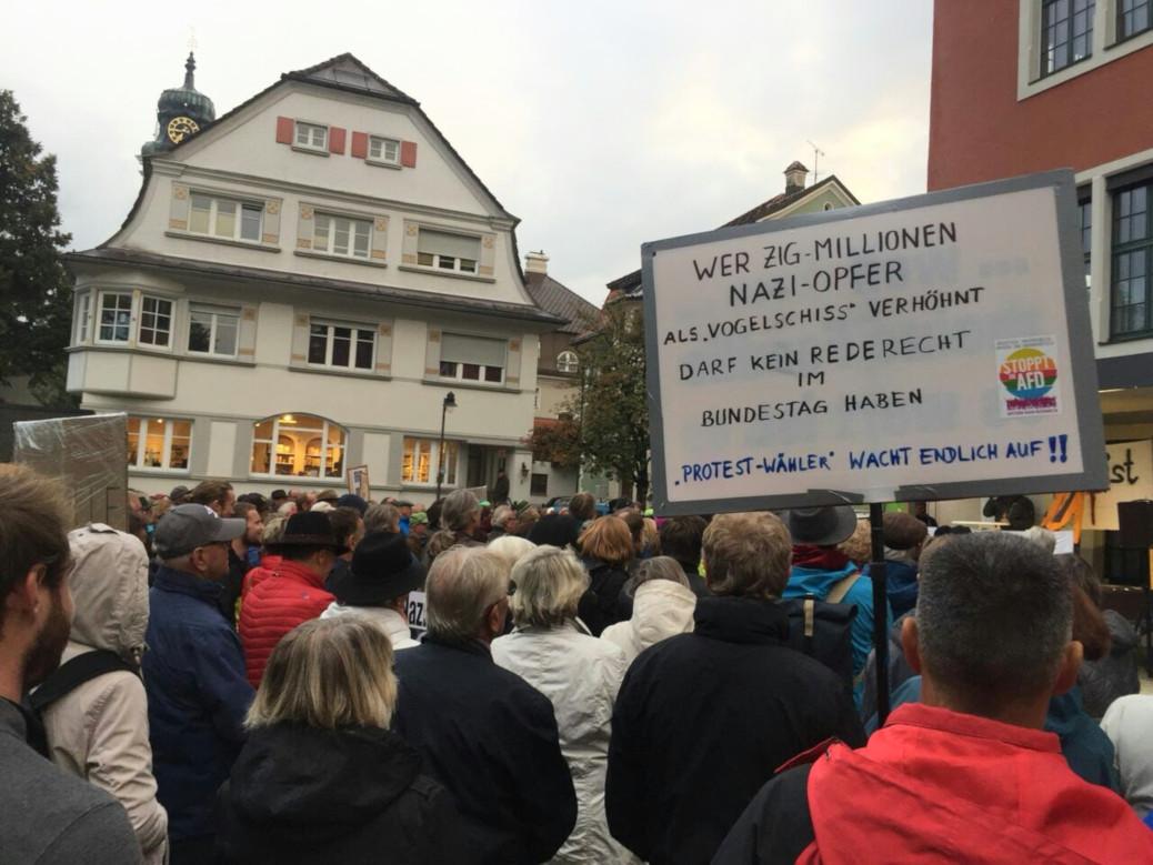 350 Menschen ziehen am 1. Oktober 2018 in Lindenberg eine »rote Linie« gegen rechte Hetze der AfD. Die hatte ihren Rechtsausleger Gottfried Curio in den Löwensaal eingeladen.