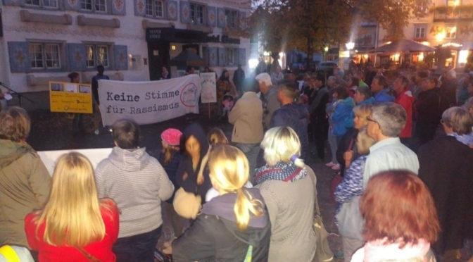 Unter dem Motto »Oberstaufen bleibt bunt« haben sich am 11. Oktober 2018 rund 140 Menschen getroffen, um für ein solidarisches und weltoffenes Oberstaufen einzustehen.