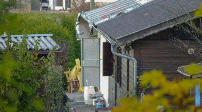Einrichtungsgegenstände stehen an Allerheiligen vor der ehemaligen Gartenschänke.