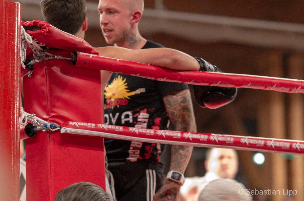Der Profikämpfer Martin Ritter hat sich auf der Brust das Konterfei eines Wehrmachtssoldaten unter die Haut stechen lassen, trägt am Hals eine Handgranate und die Worte Ruhm und Ehre auf den Oberschenkeln. Bei den Allgäu Thais arbeitet er als Trainer.