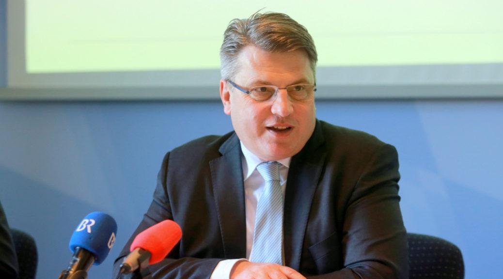 Justizminister Bausback, von dem Rolf Schlotterbeck sich und sein und sein »privates kommerzielles Instrument zweimal nacheinander entehrt« wähnt.
