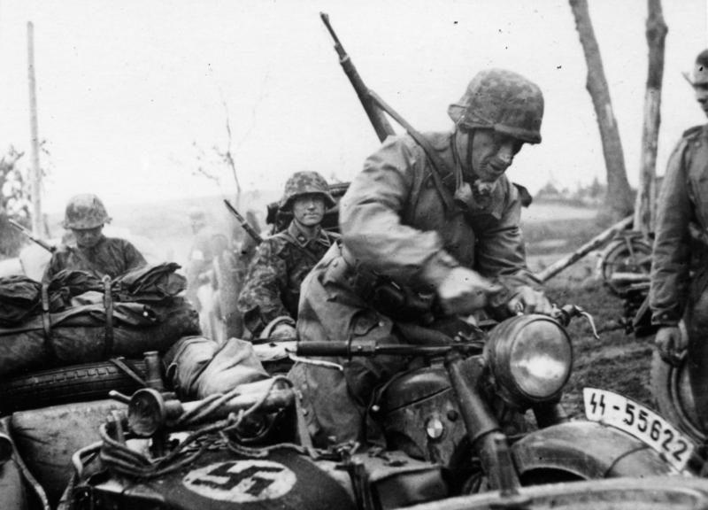 """Sowjetunion-Nord.- Motorisierte Einheit der Waffen-SS-Division """"Totenkopf"""", Soldat auf Motorrad mit Beiwagen (Bundesarchiv, Bild 101III-Wiegand-117-02 / Wiegand / CC-BY-SA 3.0, ursprünglich: Propagandakompanien der Wehrmacht - Waffen-SS)"""