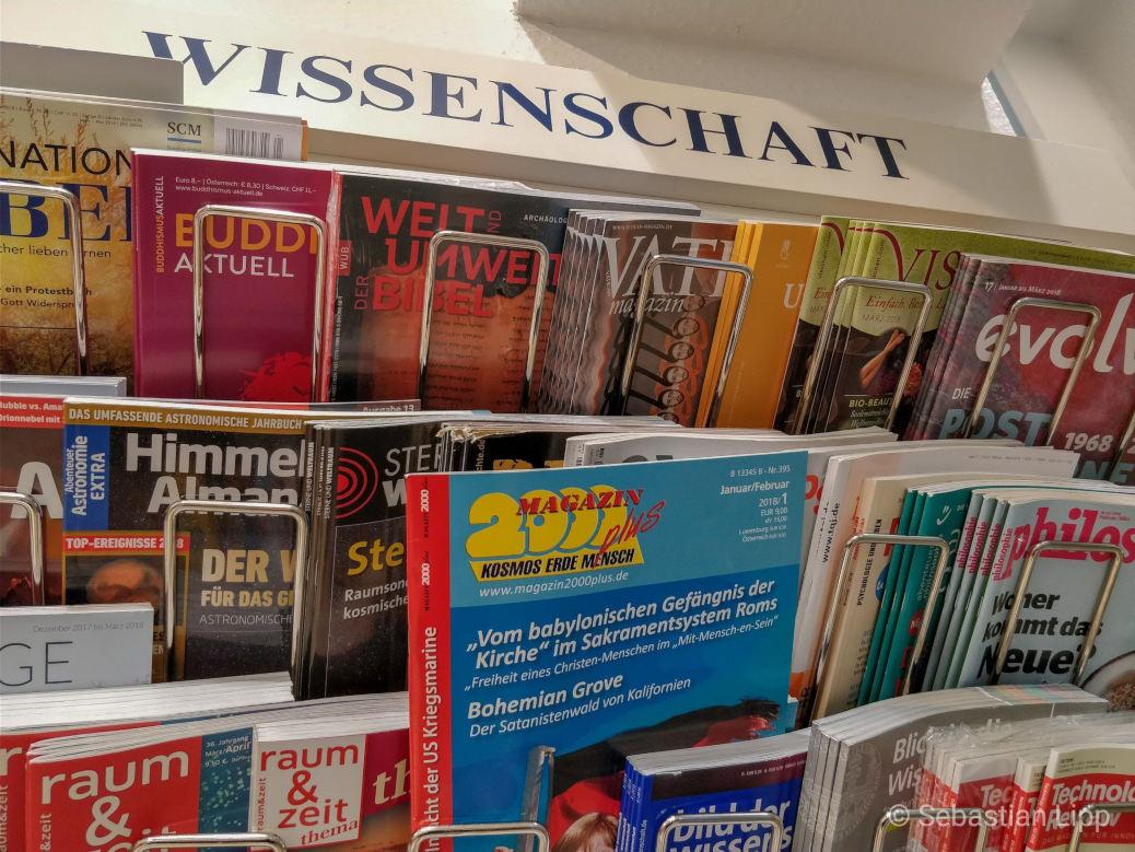 Eine Bahnhofsbuchhandlung bietet das rechtsradikales und pseudowissenschaftlice magazin2000plus in der Kategorie »Wissenschaft« an.