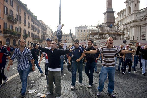 Casa Pound Aktivisten überfallen eine Studentendemo am 29. Oktober 2008 in Rom. Links mit gestreiftem Hemd: Der Vorsitzende des Blocco Studentesco und Casa Pound Kader Francesco Polacchi.