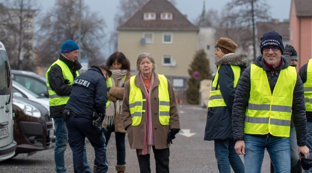 Am Samstag zeigten sich Anhänger der sogenannten Mahnwache für den Friedenin Kempten in gelbe Westen gehüllt.