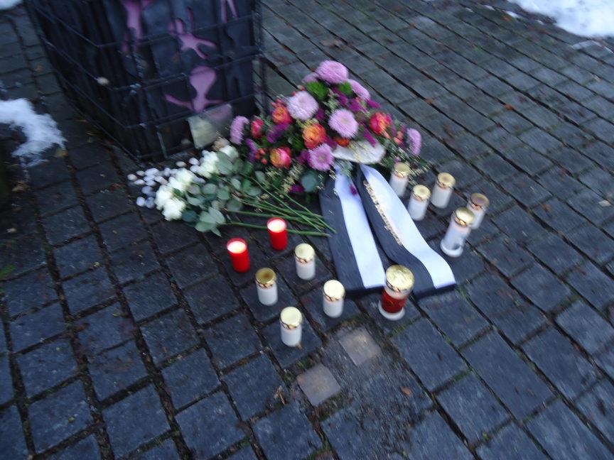 Am Gedenktag für die Opfer des Nationalsozialismus versammeln sich rund 50 Menschen am gleichnamigen Mahnmal am Friedensplatz in Kempten, darunter Oberbürgermeister Kiechle.