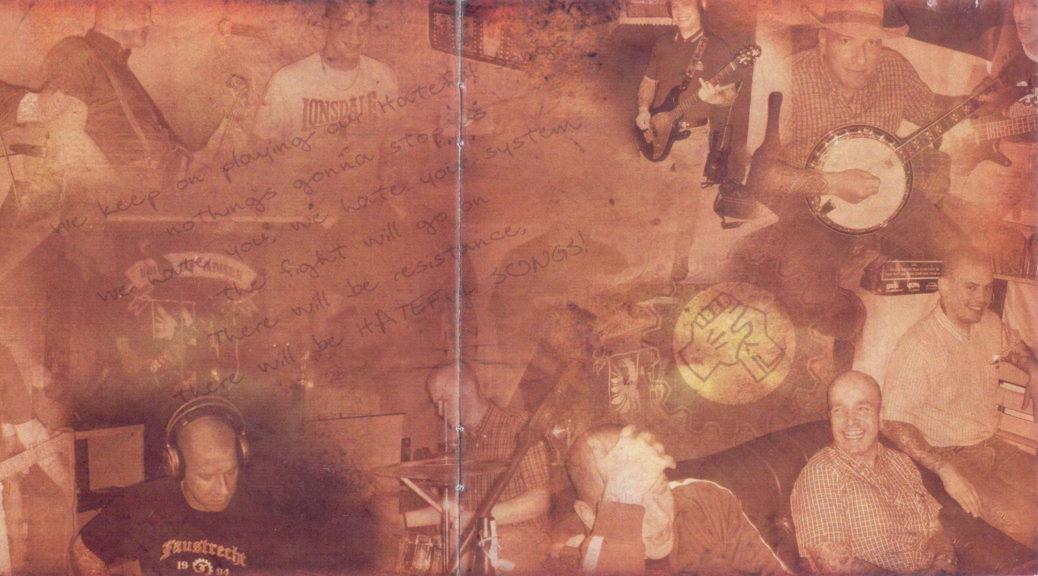 »Hateful Songs«: Gitarrist Rainer Butscher im Booklet der Scheibe Das Recht zu hassen von Faustrecht. Ebenfalls mehrfach abgedruckt ist das Logo von Voice of Anger.