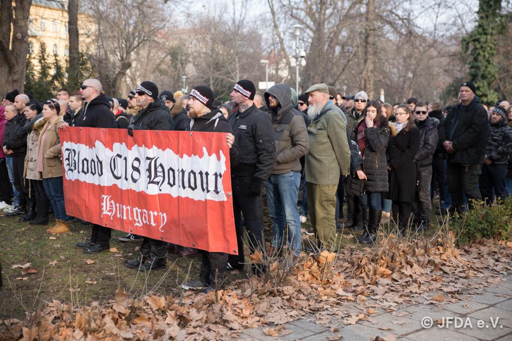 Teilnehmer des faschistischen »Tag der Ehre« am 9. Februar 2019 bekennen sich offen zu Blood and Honour und dessen bewaffneten Arm Combat 18. ©JFDA e.V.