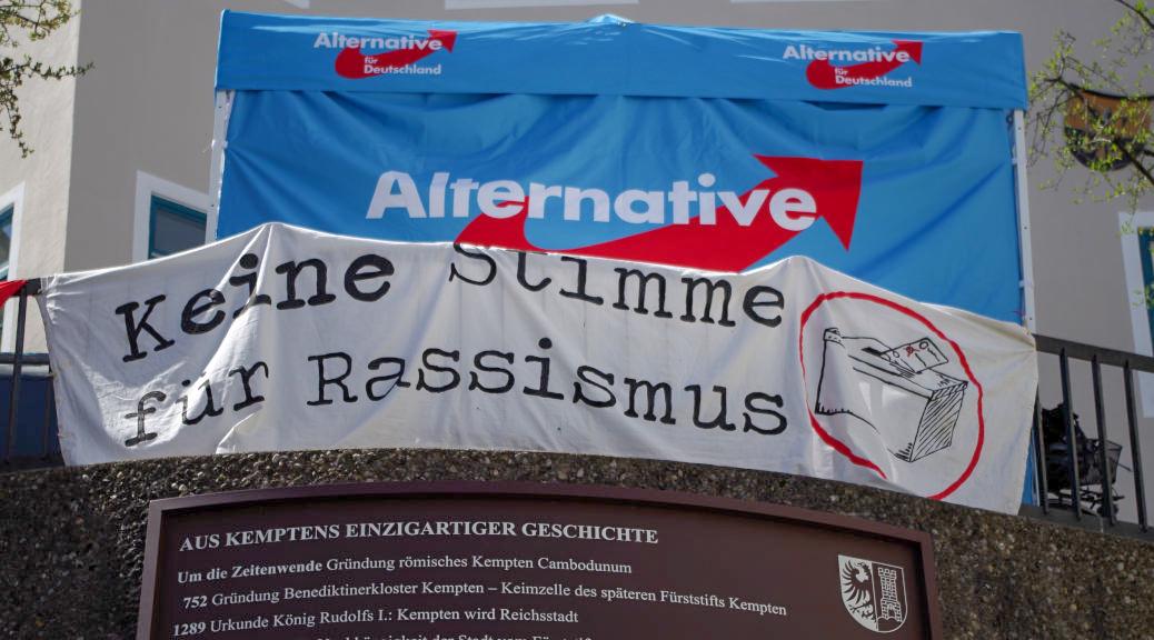 Mehr als ein Dutzend Menschen protestiert spontan gegen einen Infostand zum Auftakt des Europawahlkampfes der AfD in Kempten.