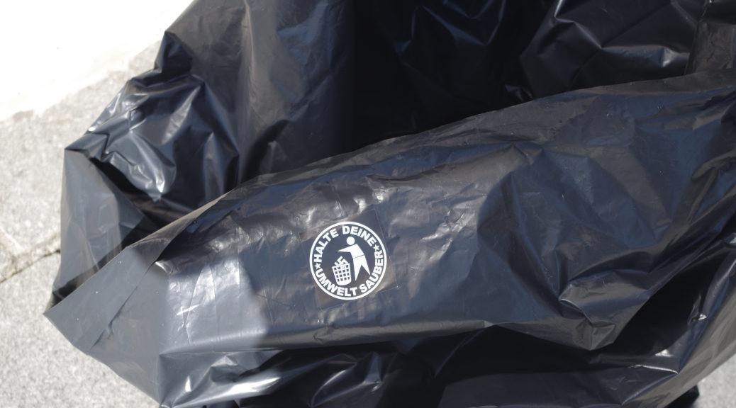 AfD-Kritiker boten Passanten Müllsäcke, in denen das Material der Rechtsaußen-Partei entsorgt werden soll.