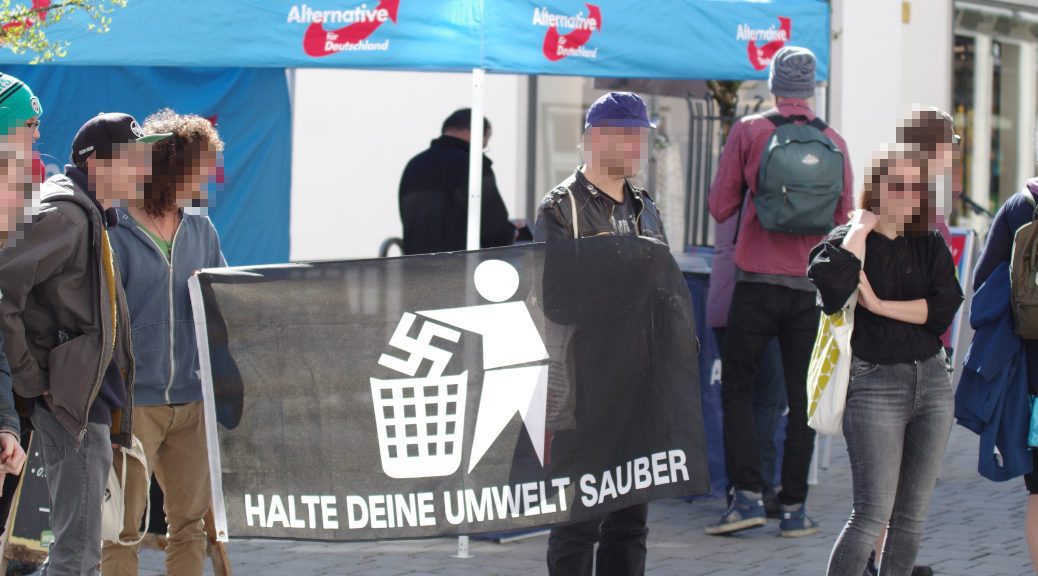Die Demonstranten werfen der AfD rassistische und rechtsradikale Positioneen vor.Die Demonstranten werfen der AfD rassistische und rechtsradikale Positioneen vor.