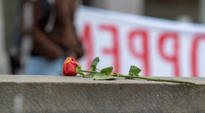 Kerzen und Blumen für Opfer rechter Gewalt