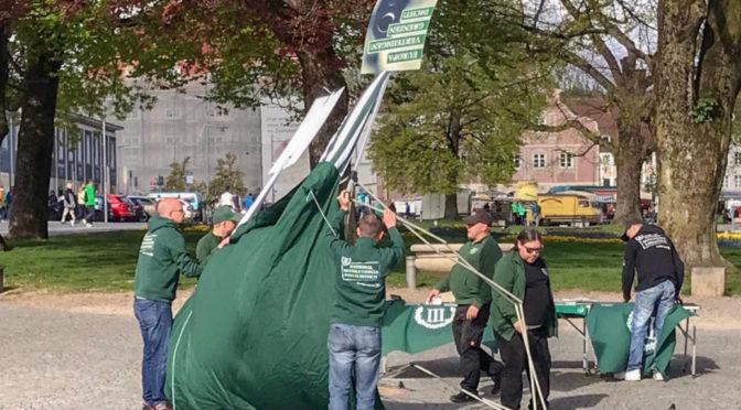 Neonazis versuchen sich am 27. April 2019 am Aufbau eines Infostandes der Partei Der Dritte Weg in Kempten.