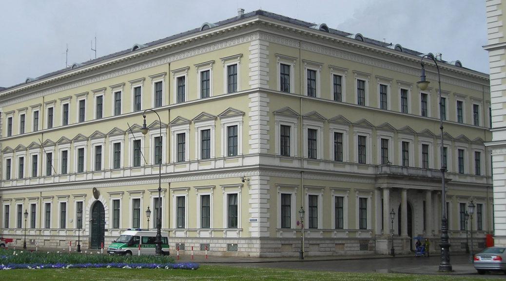 Das Bayerische Innenministerium am Münchner Odeonsplatz wurde vom Bayeriscehn Landesamt für Verfassungsschutz über das Konzert im Januar informiert, das zuständige Polizeipräsidium in Kempten offenbar nicht.