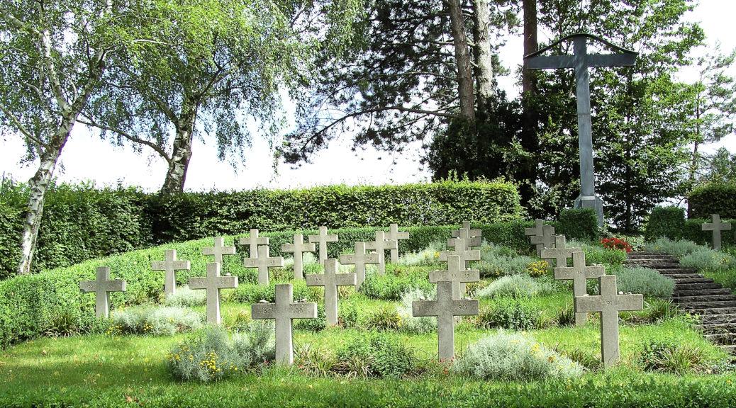 »97 Namenlose des Lagers Aufkirch, Zweiglager von Dachau, haben hier eine menschenwürdige Ruhestätte gefunden. Sie arbeiteten im Winter 1944/45 in den Stollenbauten bei Überlingen, und starben an leiblicher und seelischer Not in einem nationalsozialistischen Zwangslager.« So lautet die Inschrift auf dem Gedenkstein des KZ-Friedhofs in der Nähe von Birnau.