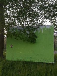 Bei Kressbronn übermalten Unbekannte ein ganzes Großplakat der Grünen.