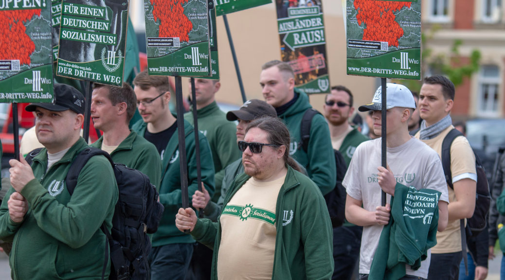 Hunderte Neonazis marschieren am 1. Mai unter Beteiligung aus dem Allgäu durch das sächsische Plauen. Dabei trugen sie auch die bundesweit beanstandeten perfiden Plakate des Dritten Wegs. ©S. Lipp